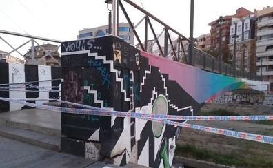 Cierran el puente del CAC Málaga tras detectarse daños en una pasarela y el acerado