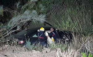 Bomberos rescatan a un hombre tras caer por un terraplén en la zona de Olías