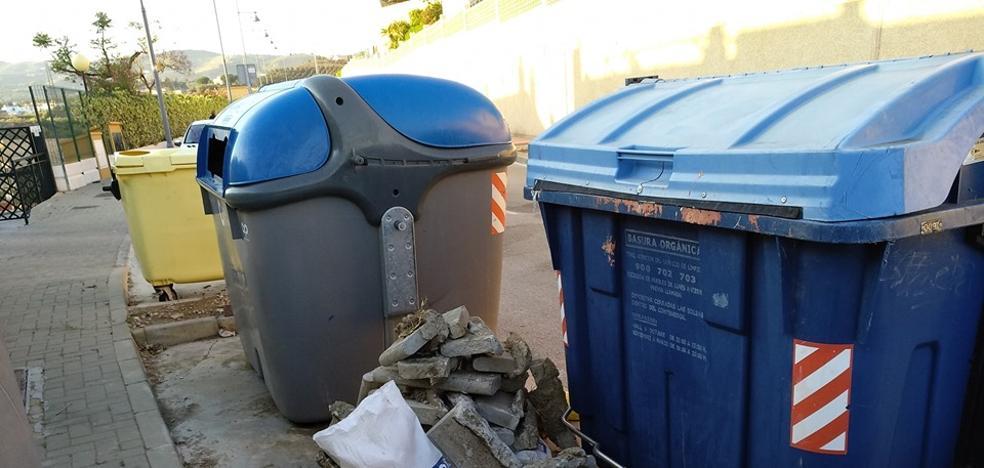 Vecinos de una urbanización de Valle-Niza protestan por «el abandono y la suciedad»
