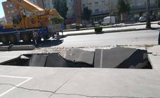 Un camión hunde el suelo y deja un socavón en la avenida de Velázquez de Málaga