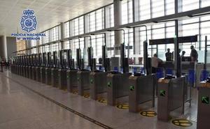 Dos detenidos en el aeropuerto de Málaga cuando intentaban salir de España con pasaportes falsos