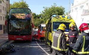 Herido muy grave un motorista tras chocar con un autobús turístico en el Centro de Málaga