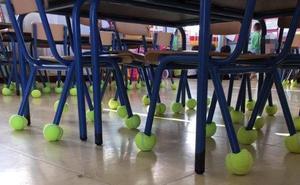 Colegios malagueños le ganan la partida al ruido en clase con pelotas de tenis