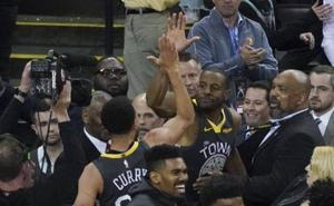 Curry e Iguodala acercan a los Warriors a la final de la NBA