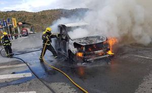 Un matrimonio y su hijo de 8 años logran escapar de su furgoneta en llamas en Las Pedrizas