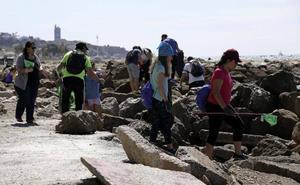 Una mañana, 200 kilos de basura menos en las playas de Pedregalejo