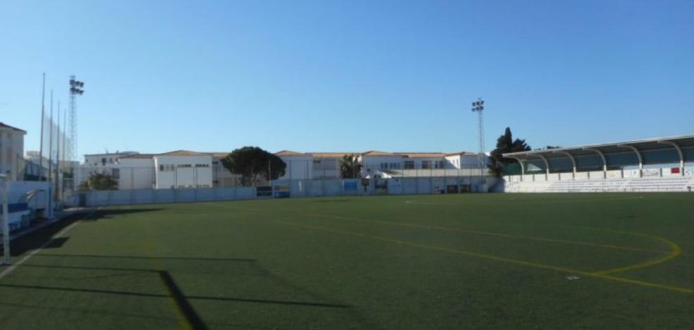 Destinan 245.267 euros a renovar el césped artificial del campo de fútbol de Nerja