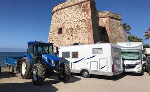 Denuncian que las caravanas y los coches tapan la torre de Lances de las Cañas en Marbella