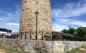 Fotodenuncia: grafitis en el entorno de la torre vigía del Cantal
