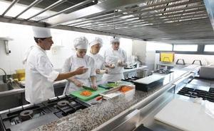 Empleo oferta cien plazas para estudiar cocina y sala en La Fonda y La Cónsula