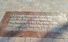 El error garrafal en una placa que el Ayuntamiento de Vélez-Málaga ha puesto en el parque María Zambrano
