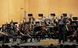 Los músicos de la OFM protestan en el concierto de abono con lazos rojos y un manifiesto