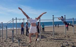 El Ayuntamiento de Rincón de la Victoria completa la red de instalaciones de calistenia en el litoral con un nuevo equipamiento en Torre de Benagalbón