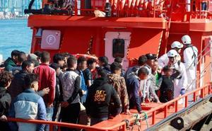 Trasladan al puerto de Málaga a 58 migrantes rescatados de una patera