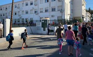 Alumnos del Cayetano Bolívar regresan al colegio tras la fumigación por la plaga de pulgas