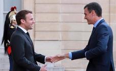 Sánchez recurre a Macron para 'convencer' a Rivera