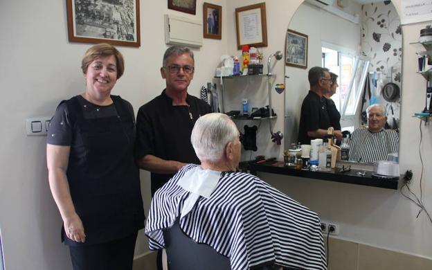 Un matrimonio al frente de una peluquería con solera