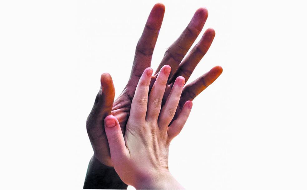 ce893f0c7c1 La mano de un hombre de tamaño normal apenas cubre la palma de las de  Leonard