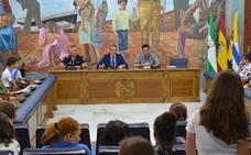 Escolares de Rincón de la Victoria participan en un pleno infantil para trasladar al alcalde sus peticiones sobre movilidad sostenible