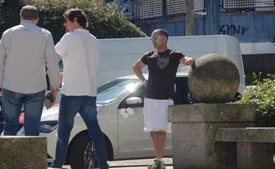 Un taxista trabaja en falda porque la normativa le prohíbe usar pantalón corto