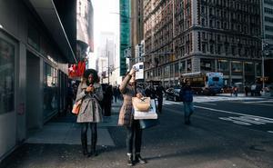 Contra los 'zombis' digitales: Estudian multar a los peatones que anden mirando el móvil en New York