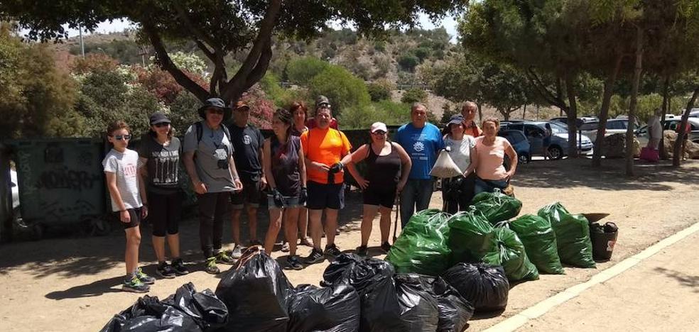 Colectivos ciudadanos retiran 150 kilos de residuos del Peñón del Cuervo
