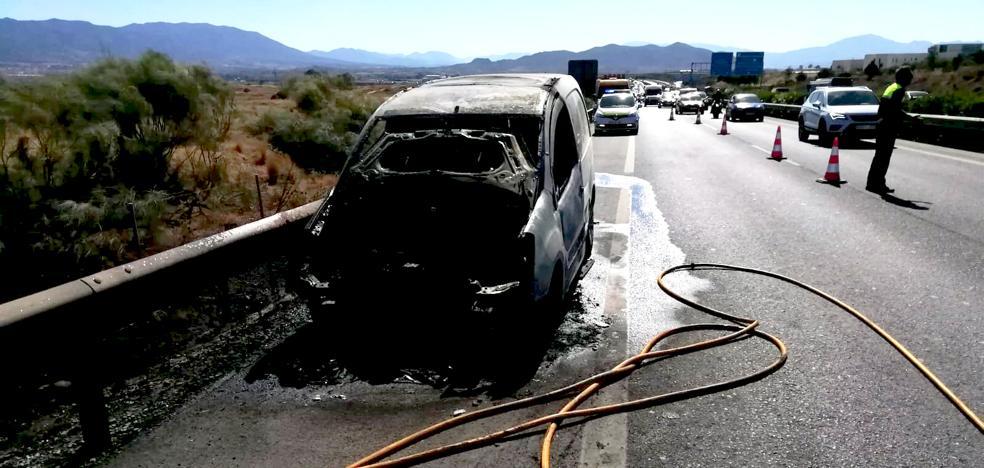 Una furgoneta se incendia a la altura del polígono El Viso, provoca retenciones y una colisión múltiple