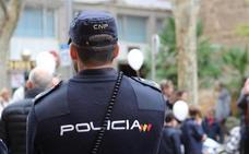 Trabajadores y clientes de un banco de Huelva reducen a un atracador y facilitan su detención