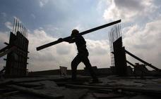 Los sueldos de los trabajadores malagueños de la construcción subirán un 7% en tres años
