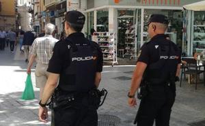 Prisión para un hombre por esposar y robar a punta de pistola droga a un traficante en Estepona
