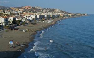 Rincón de la Victoria acoge una jornada nacional de limpieza de playas y fondos marinos con la participación de más medio centenar de voluntarios