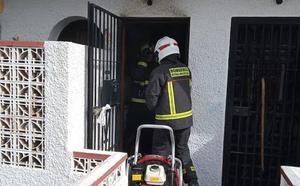 Un herido grave y varias viviendas desalojadas en Benalmádena tras la explosión de una bombona de gas
