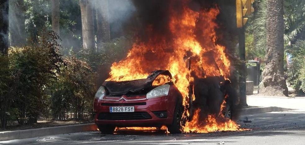 Un incendio en un coche provoca la alarma en el Paseo del Parque