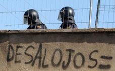 Un centenar de malagueños acuden a la nueva vía rápida para desalojar a 'okupas' de sus casas