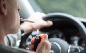 La DGT no sancionará por fumar en el coche, pero apoya que Sanidad lo prohíba