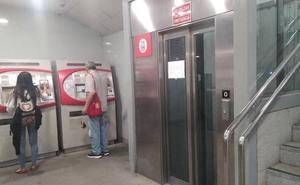 El único ascensor de la estación del Cercanías del Centro, otra vez averiado