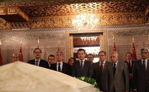 Juanma Moreno realiza una ofrenda floral ante las tumbas de Mohamed V y Hassán II