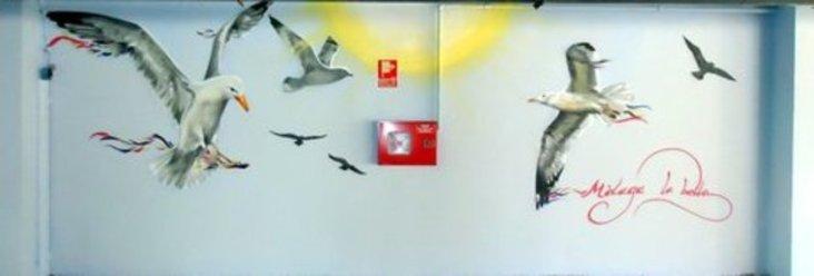El artista Doger ilumina el aparcamiento de Económicas