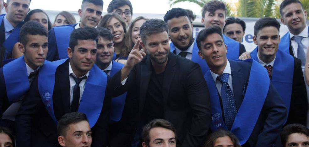 Pablo Alborán se presenta por sorpresa en la graduación del Liceo Francés de Málaga