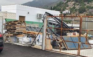 Denuncian la presencia de varios sacos con restos de amianto en Frigiliana