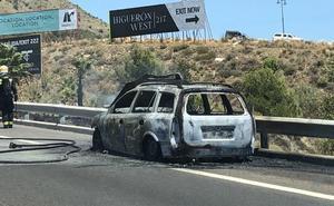 Un coche queda calcinado tras incendiarse en la AP-7 y provoca retenciones a la altura de Benalmádena