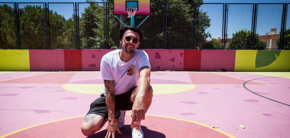Víctor García, el alhaurino que pinta las canchas de baloncesto al estilo californiano