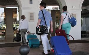 La Junta descarta una tasa turística en Andalucía porque no aporta «una solución a nada»