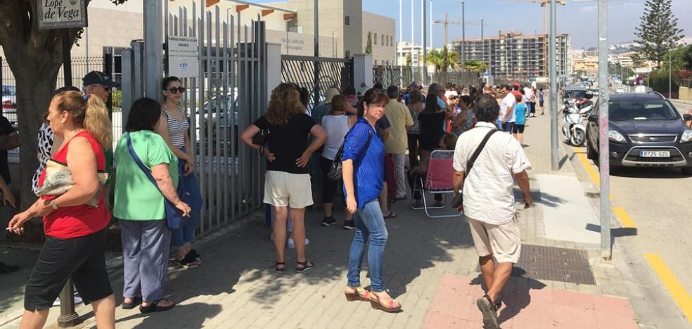 Long queues on the first day of pre-registration in the new indoor pool in Rincon de la Victoria