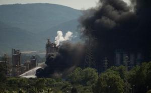 Cinco afectados por el incendio en la petroquímica de San Roque