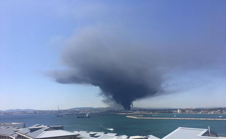 El incendio en la petroquímica de San Roque genera una impresionante columna de humo