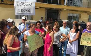 Paralizan el desahucio de la vecina de Rincón de la Victoria que 'okupó' un piso junto a sus cuatro hijos