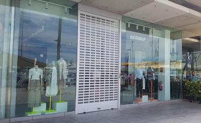 Muelle Uno abre una tienda que fabrica su ropa con basura y residuos marinos