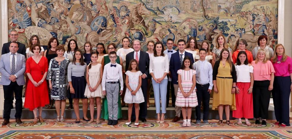 La Reina Doña Letizia recibe a profesores y alumnos del colegio Andalucía de Fuengirola
