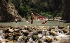 El río Chíllar de Nerja afronta otro verano sin medidas para frenar la masificación